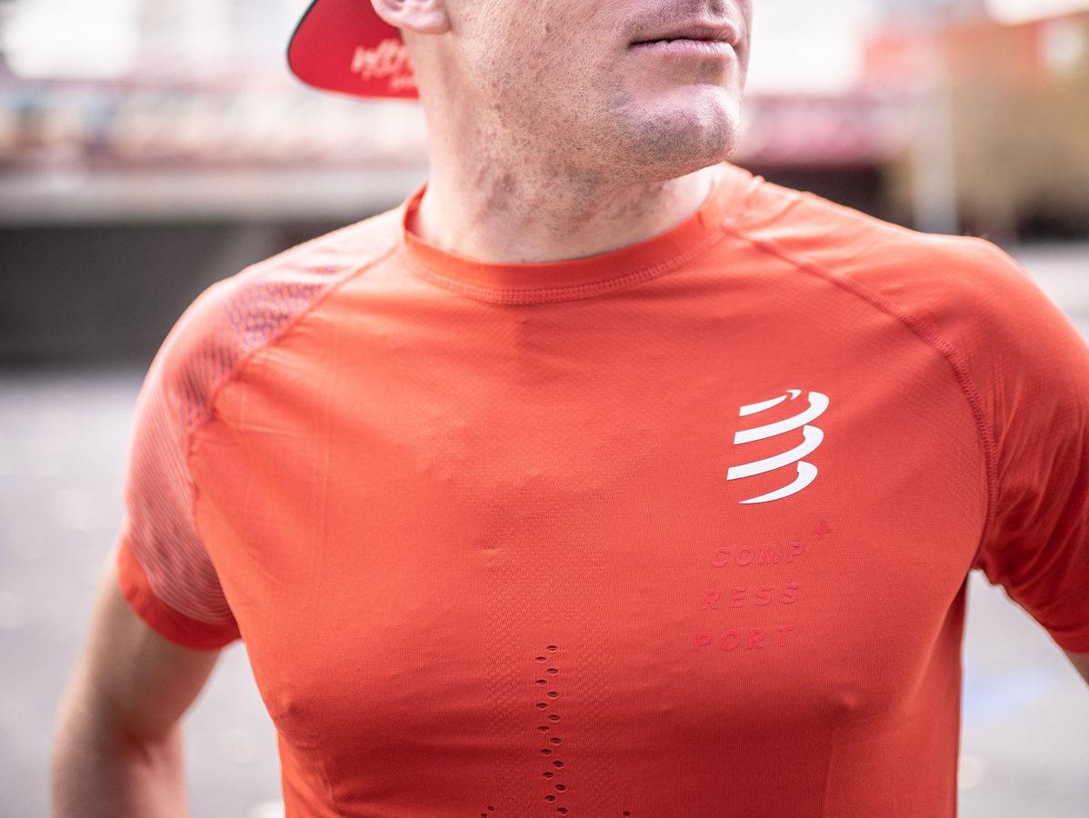 Sacensibu krekls skriešanai Compressport Racing SS Tshirt, magoņu sarkans