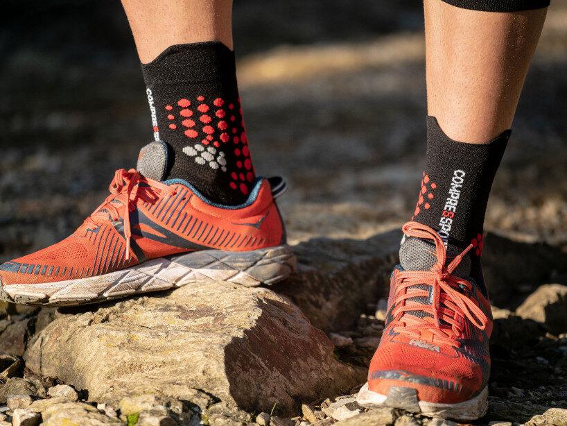 Sporta zeķes taku skriešanai Compressport PRS V3 Trail, melni-sarkanas